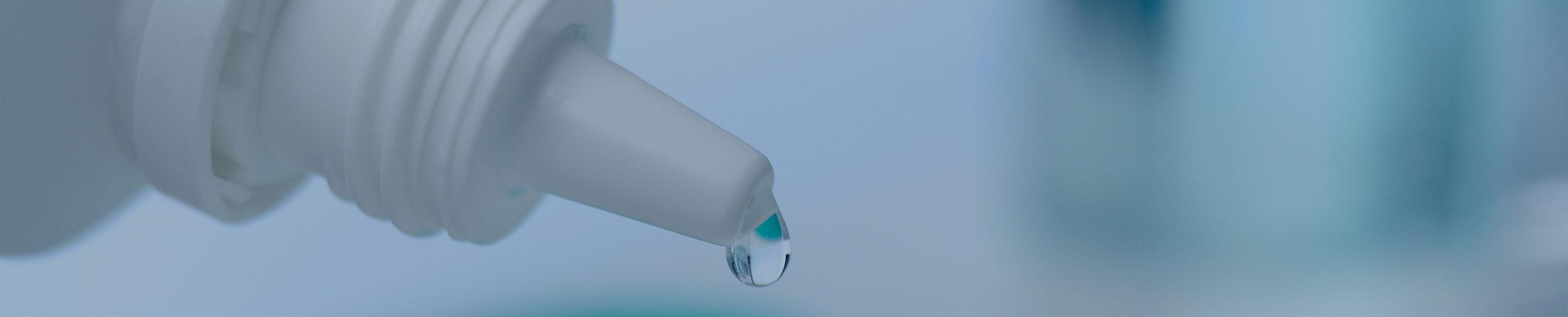 Un produit d'entretien pour lentilles utilisé dans un rangement de lentille.