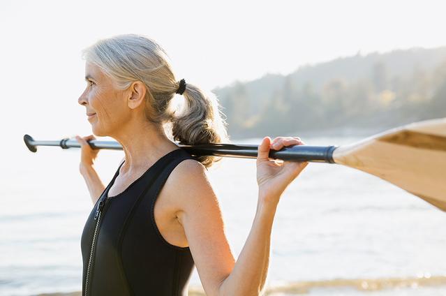 Image d'une femme mature en extérieur avec une pagaie.